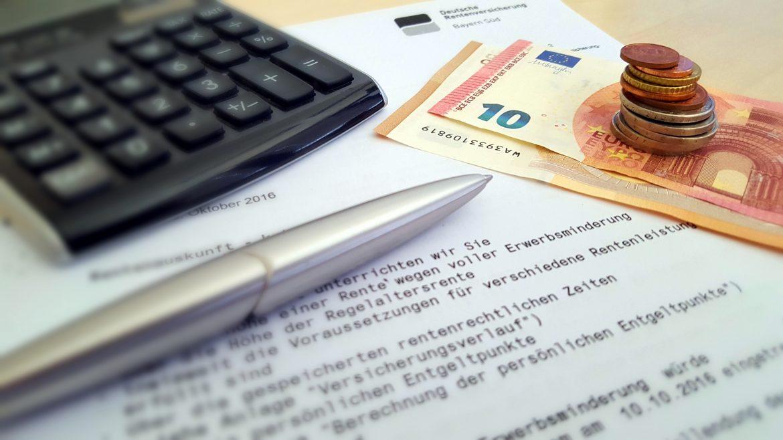 Rentenauskunft mit Taschenrechner zur Berechnung des Rückkauf des Rentenabschlag